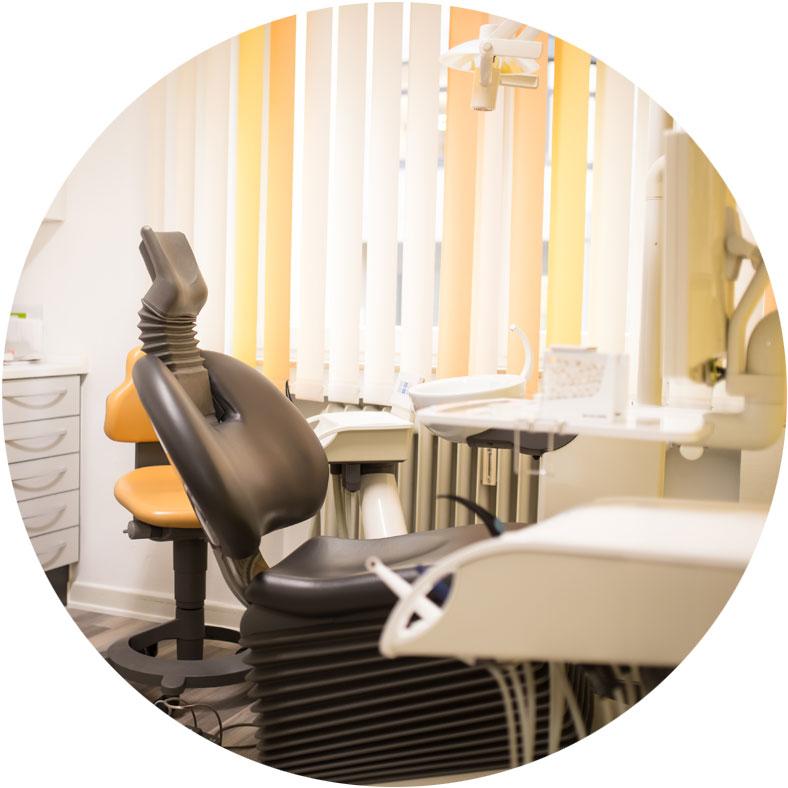 Empfang Zahnarztpraxis mit einer Mitarbeiterin